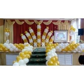 Оформление сцены шариками (белые и золотые)
