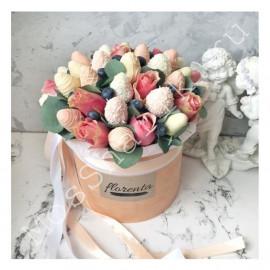 Клубника и розы в шляпной коробке