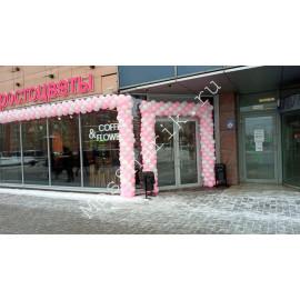 Арка из шаров на вход в магазин бело-розовая