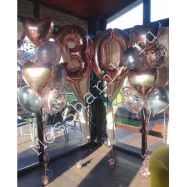 Композиция из шаров на 30 лет: цифры и два фонтана с сердцами