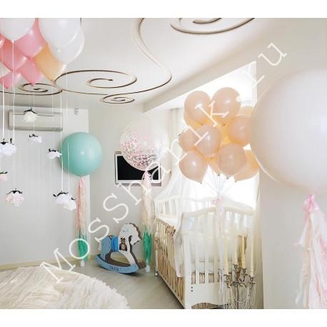 Композиция шаров на выписку: три больших шара, облако и под потолок