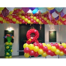 Композиция из шаров: цифра 8 и цветы на стойке