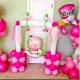 Малыш в качелях и аист из шариков