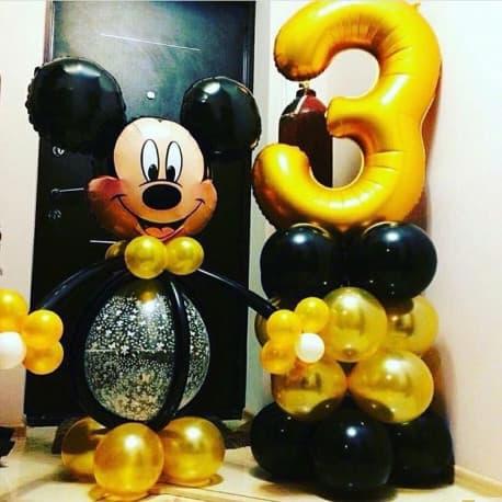 Микки Маус из шаров и цифра на стойке