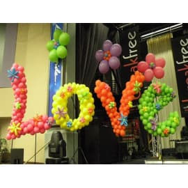 """Надпись из маленьких шариков """"Love"""""""