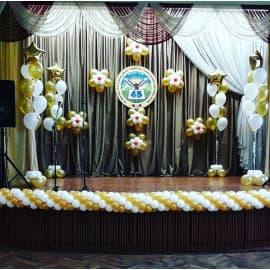 Оформление сцены школы шарами к выпускному
