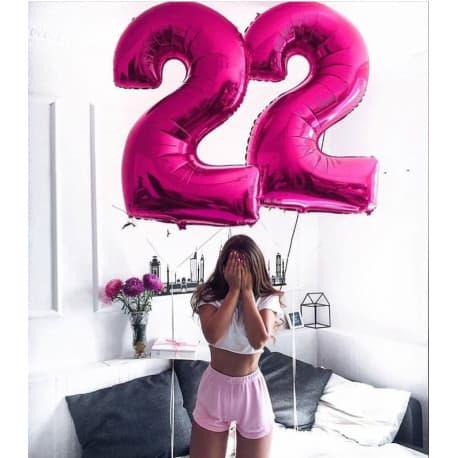 Два шарика в виде цифр: 2 и 5